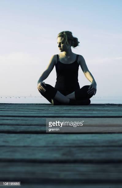 若い女性の瞑想するオンボードウォーク