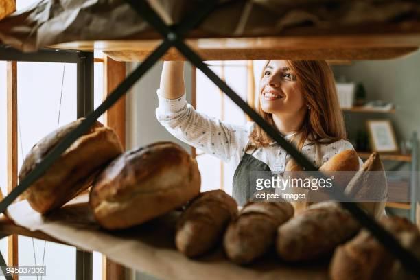 Junge Frau waren Brot im shop