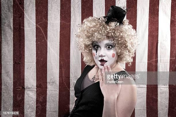 Junge Frau Pantomime auf roten und weißen gestreiften Hintergrund