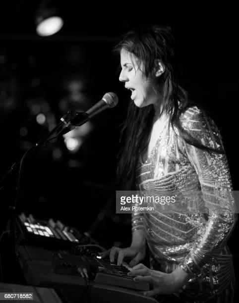 Junge Frau, Musiker, Sänger und Performer, singen auf der Bühne.