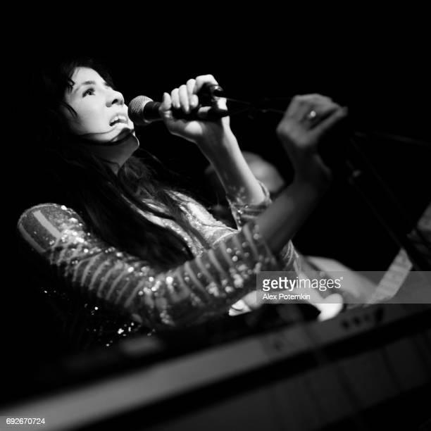 mujer joven, músico, cantante y artista, cantando en el escenario. - club singer fotografías e imágenes de stock