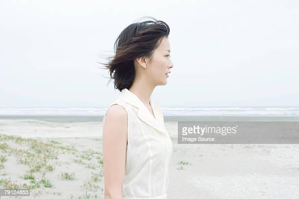 若い女性のビーチ