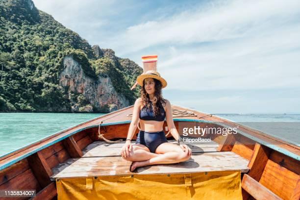 junge frau auf einem longtail-boot in thailand, phi phi island - asiatisches langboot stock-fotos und bilder