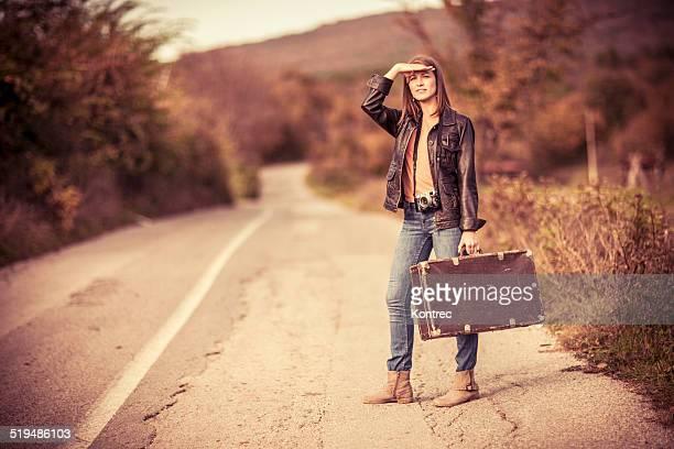 Jeune femme sur un road trip