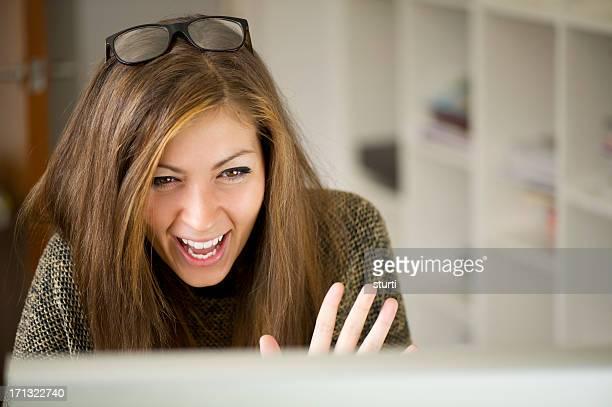 Junge Frau auf einer webcam