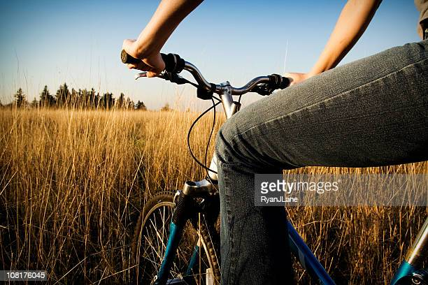 Junge Frau auf Fahrrad am Nachmittag Natur