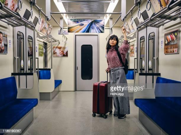 空の日本の地下鉄列車の若い女性 - 乗客 ストックフォトと画像