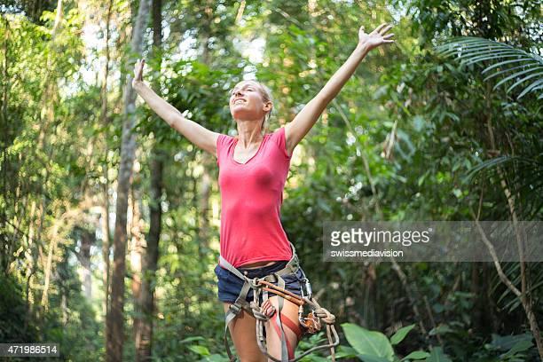 Jeune femme sur canopy tour de récolter les bras pour une plus grande liberté au succès