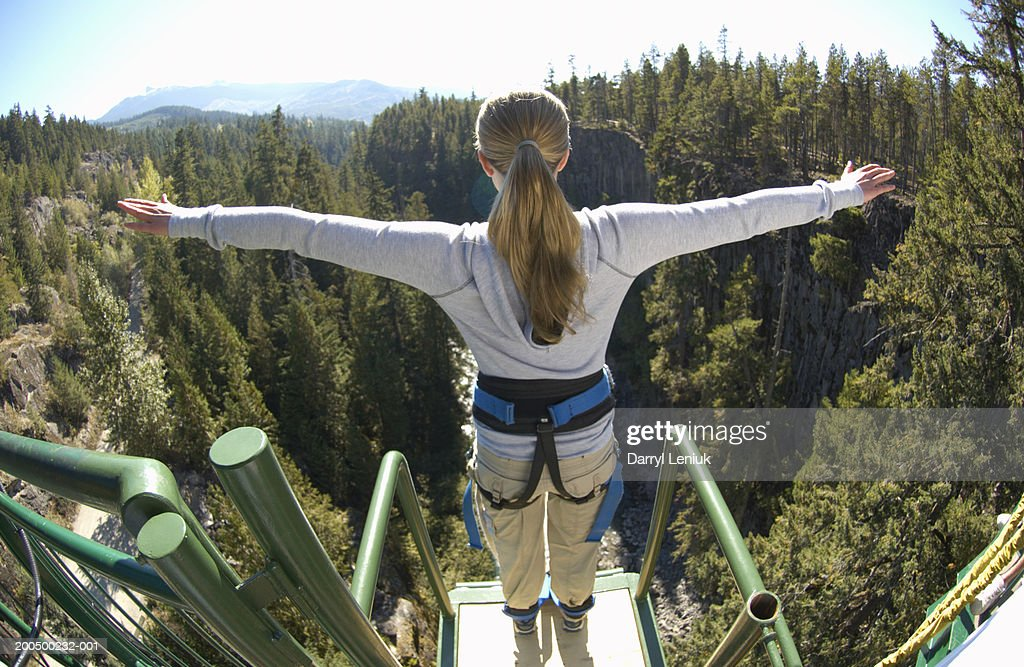 Young woman on edge of bungee platform, rear view, (wide angle) : Foto de stock