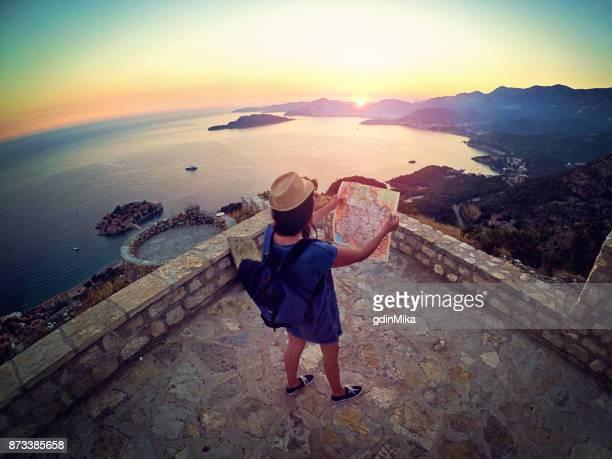 jovem sobre o panorama do mar lê roteiro - europa oriental - fotografias e filmes do acervo