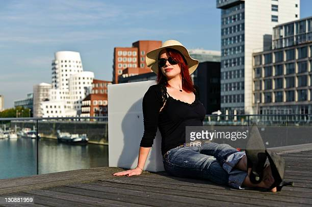 young woman on the bridge in media harbour, duesseldorf, north rhine-westphalia, germany, europe - renânia do norte vestfália - fotografias e filmes do acervo