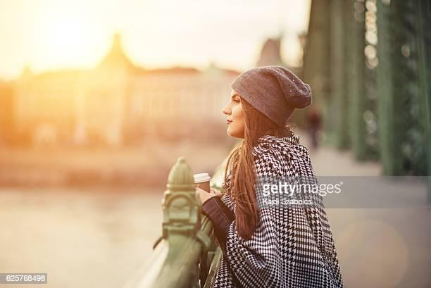 Junge Frau auf der Brücke