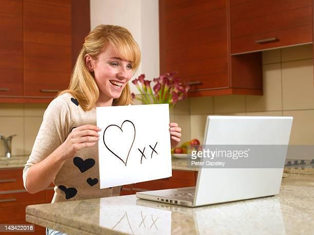 young woman on the internet holding heart sign - i love you frase em inglês - fotografias e filmes do acervo