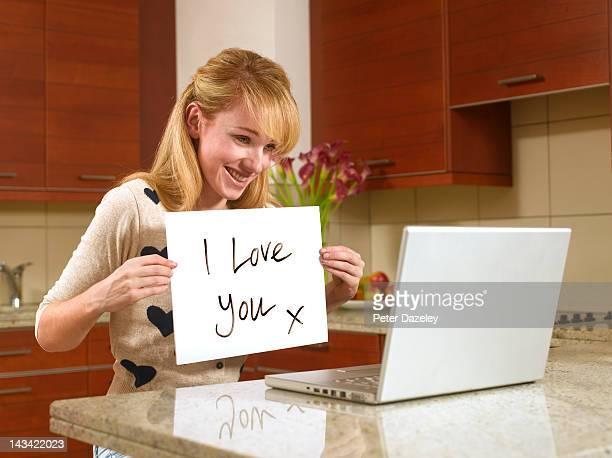 young woman on the internet with love sign - i love you frase em inglês - fotografias e filmes do acervo