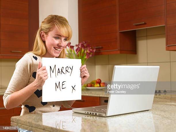 young woman on the internet with marry me sign - anno bisestile foto e immagini stock