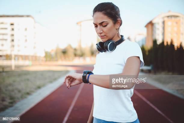 jovem mulher na pista de corrida de manhã - rodada da competição - fotografias e filmes do acervo
