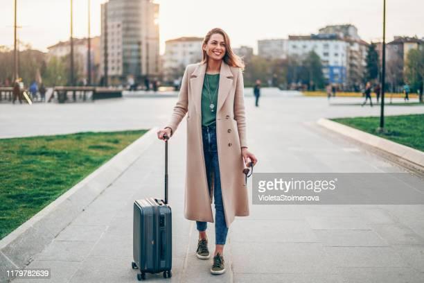 jonge vrouw op vakantie - mid adult men stockfoto's en -beelden