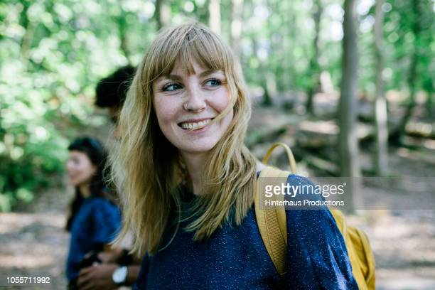 young woman on way to lake with friends - jeune femme blonde photos et images de collection