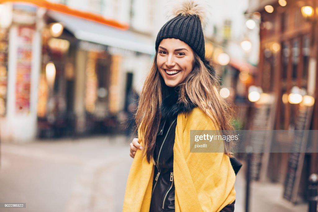 Mujer joven hacia fuera para ir de compras : Foto de stock