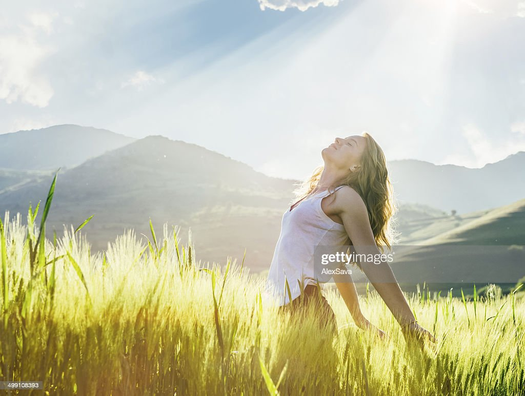 Young woman outdoor enjoying the sunlight : Stock Photo
