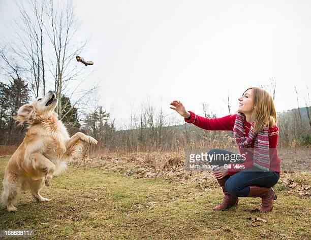 Una mujer joven al aire libre en invierno, a una caminata con