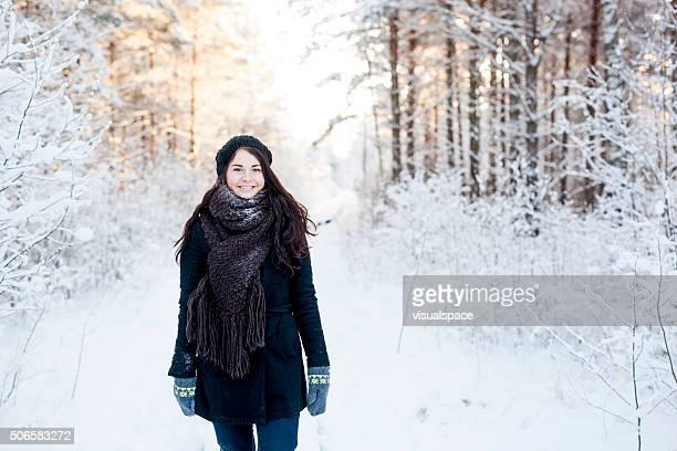 Mujer joven al aire libre en la nieve de invierno