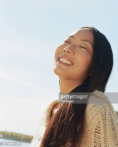 young woman outdoors, smiling - steil haar stockfoto's en -beelden