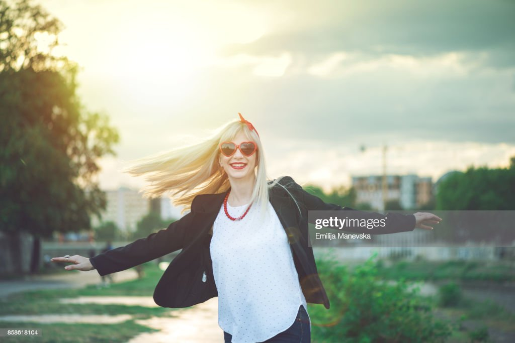 Young woman outstretched arms enjoys the freedom : Stock-Foto