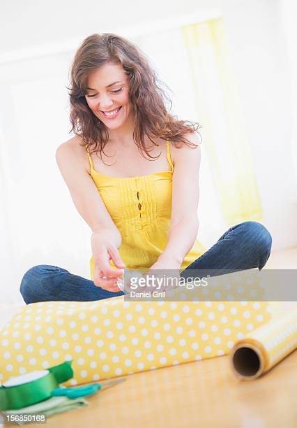 young woman packing presents - donna bendata foto e immagini stock