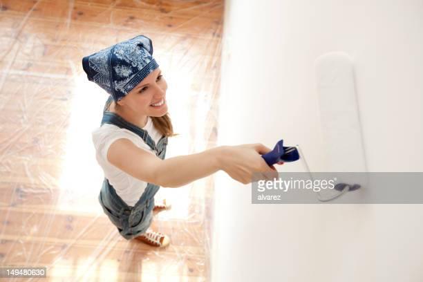 Junge Frau painting Ihren house