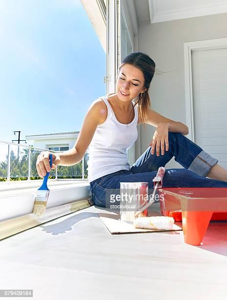 Junge Frau painting Fenster mit