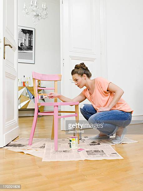 young woman painting wooden chair - renovierung themengebiet stock-fotos und bilder