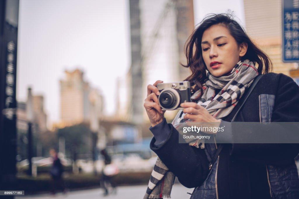 路上で若い女性写真家 : ストックフォト