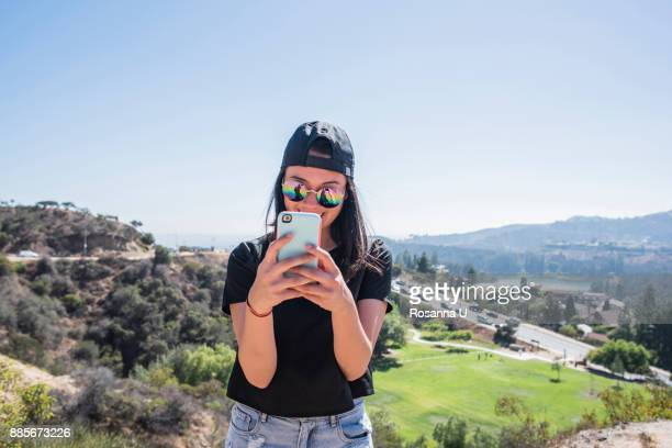 young woman photographing hollywood sign, los angeles, california, usa - hollywood los angeles foto e immagini stock