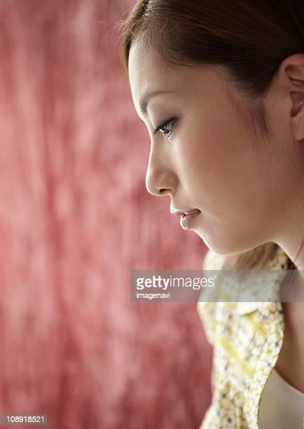young woman - regarder vers le bas photos et images de collection