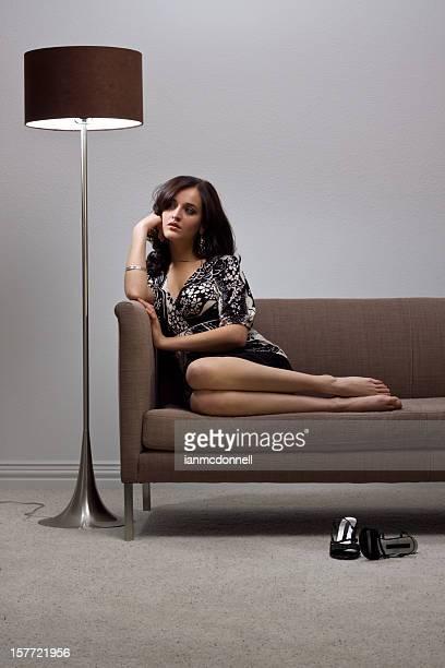 mujer joven - piernas bonitas de mujer fotografías e imágenes de stock