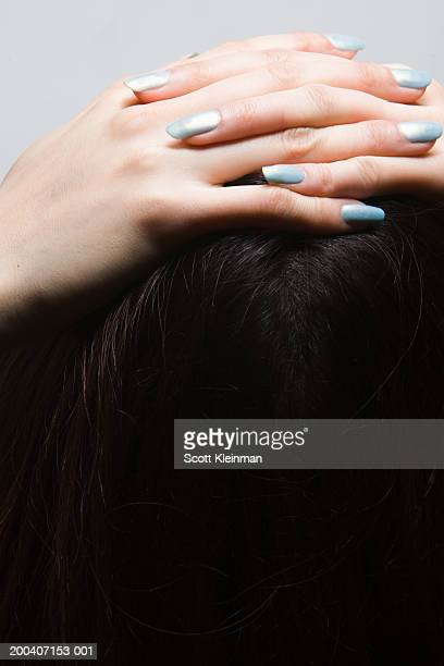young woman placing hands on top of head, close-up - manos entrelazadas fotografías e imágenes de stock