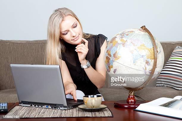 giovane donna, pianificare un viaggio - mappamondo foto e immagini stock