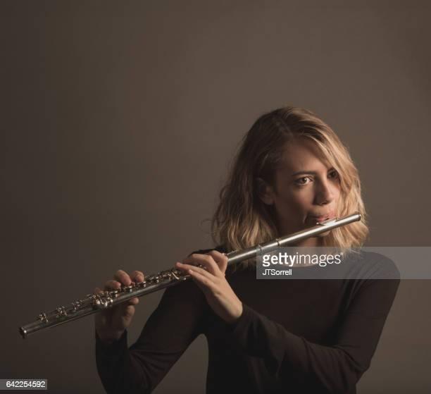 Junge Frau ein Flötenspiel