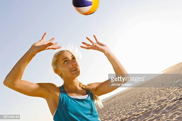 young woman playing beach volleyball - strandvolleyball spielerin stock-fotos und bilder