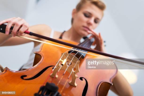 Junge Frau Cellospiel auf das Konzert