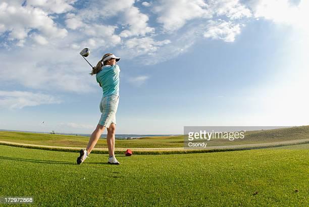 若い女性がゴルフ