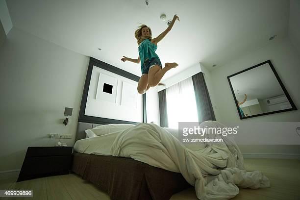 Jovem mulher Jogando na cama