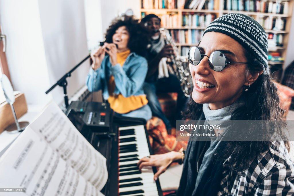 Junge Frau Klavier mit Freunden spielen : Stock-Foto