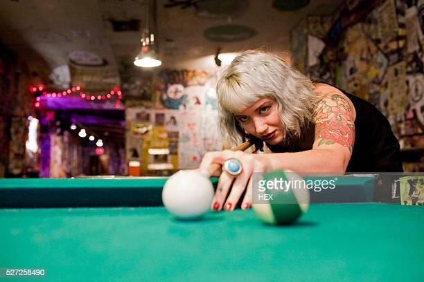 young woman playing pool - poolbillard billard stock-fotos und bilder