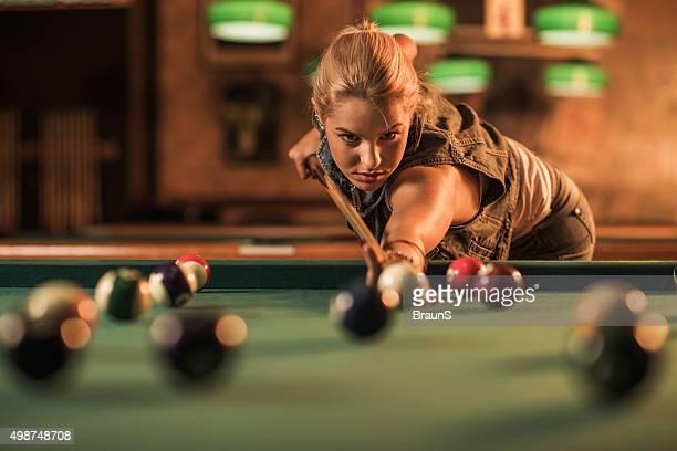 Junge Frau, spielen Sie Billard in einem pub.