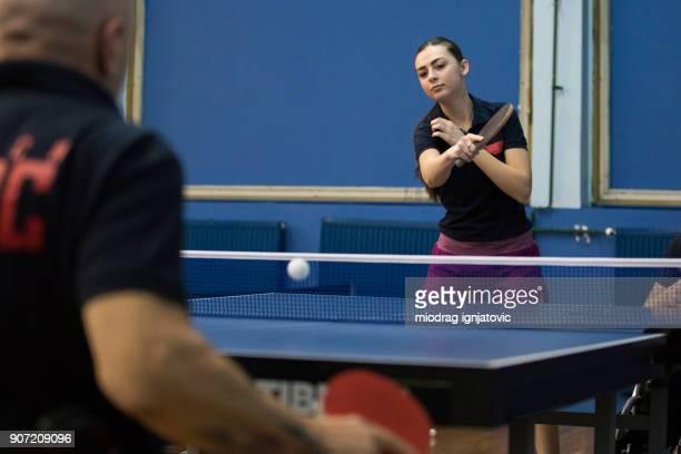 joven jugar tenis de mesa con hombre maduro - deporte de competición fotografías e imágenes de stock