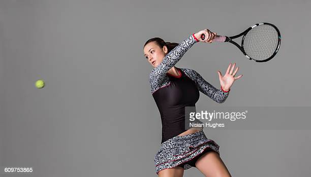 young woman playing tennis hitting forhand - studio shot stockfoto's en -beelden