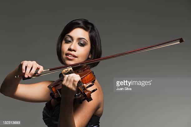 young woman playing the violin, portrait - junge frau allein fotos stock-fotos und bilder