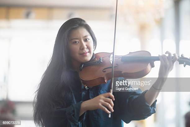 young woman playing violin, freiburg im breisgau, baden-württemberg, germany - sigrid gombert stock-fotos und bilder